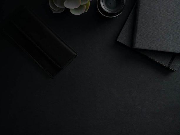 meja dengan dompet
